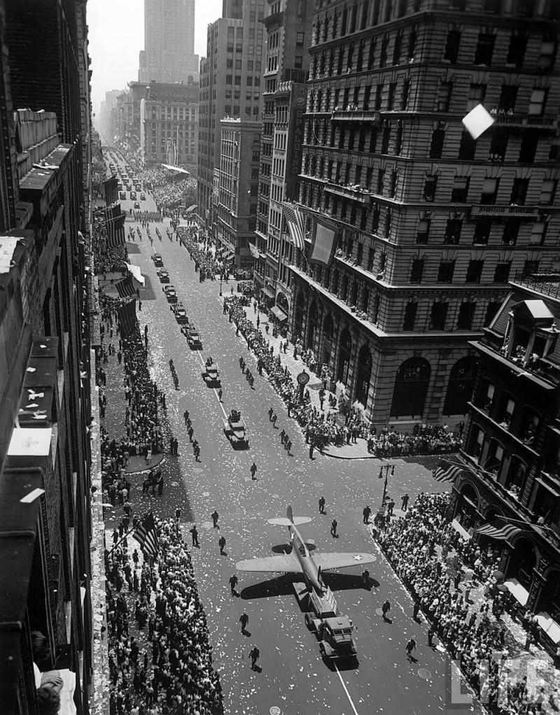 Andreas Feininger. Парад в Нью-Йорке. Гидросамолёт (1942)